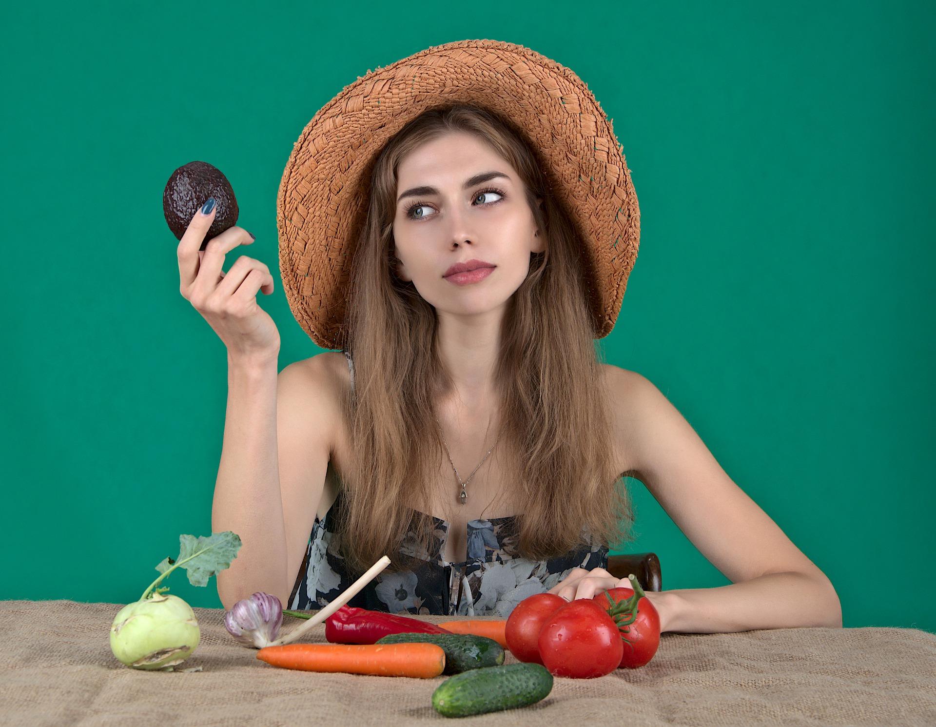 chica y verduras