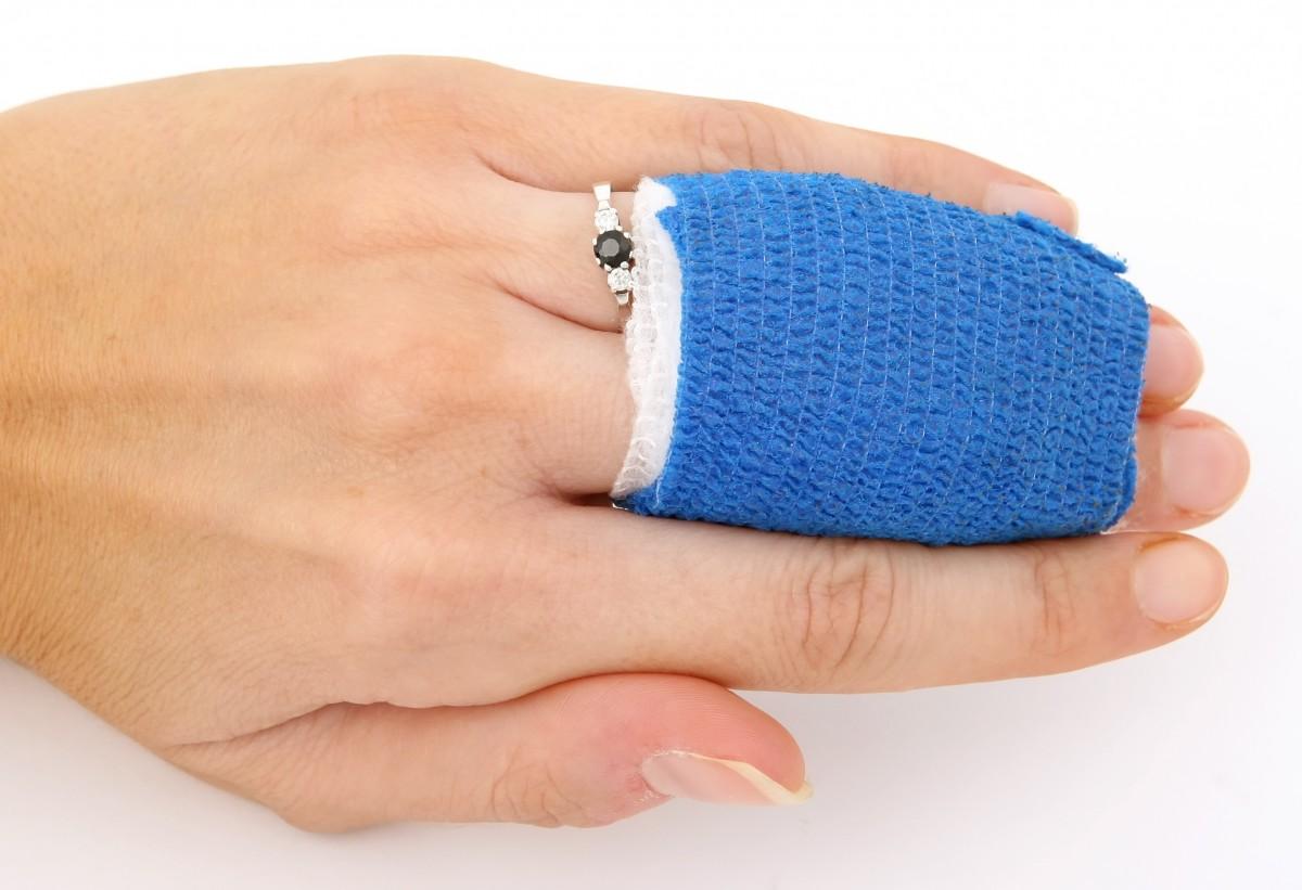 dedos vendados heridos
